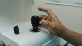 Tastiera del dispositivo di ultrasuono, mani del workimg irriconoscibile di medico con attrezzatura ultrasonica video d archivio