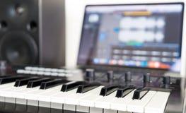 Tastiera del sintetizzatore che si trova sullo studio di musica Fotografia Stock Libera da Diritti