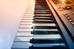 Tastiera del sintetizzatore con lustro e la vista laterale di pendenza di rosso blu Fotografie Stock Libere da Diritti