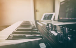 Tastiera del sintetizzatore per produzione di musica Fotografie Stock Libere da Diritti