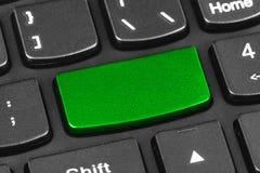 Tastiera del taccuino del computer con la chiave verde in bianco Immagine Stock