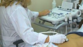 Tastiera dell'attrezzatura medica da ultrasuono Workimg irriconoscibile di medico con la macchina ultrasonica archivi video