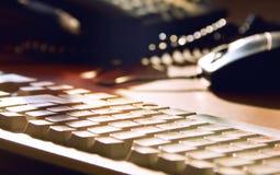 Tastiera, desktop e topo sulla tavola Fotografia Stock