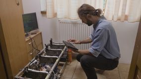 Tastiera di battitura a macchina del giovane programmatore facendo uso del codice di dati del software collegato all'impianto di  archivi video