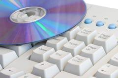 Tastiera di calcolatore con il disco del dvd Immagini Stock