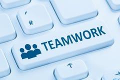 Tastiera di computer blu di Internet online del gruppo di affari di lavoro di squadra immagine stock libera da diritti