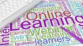 Tastiera di computer con il wordcloud d'apprendimento online di parole chiavi Immagine Stock Libera da Diritti