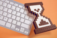 Tastiera di computer su fondo arancio segni del computer rappresentazione 3d illustrazione 3D Fotografie Stock Libere da Diritti