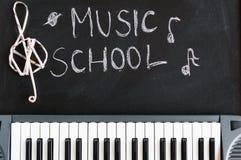 Tastiera di musica sul fondo della lavagna per il childre della scuola di musica Fotografia Stock