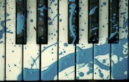 Tastiera di piano con una macchia dipinta fotografia stock libera da diritti