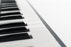 Tastiera di piano elettronica su fondo bianco Immagine Stock Libera da Diritti