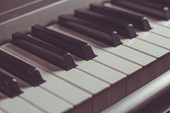 Tastiera di piano, primo piano in bianco e nero di chiavi, retro tonalità Immagine Stock