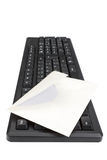 Tastiera e busta di computer per posta. Fotografia Stock