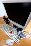Tastiera e video alla tabella Fotografie Stock
