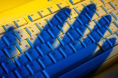 Tastiera ed ombra. Furto di dati. immagini stock