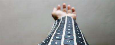 Tastiera portabile sul braccio tecnologia wireless futura fotografia stock