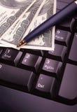 Tastiera, soldi e penna Fotografie Stock Libere da Diritti