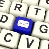 Tasto del computer della busta in blu per l'invio con la posta elettronica o il contatto della gente immagini stock libere da diritti