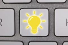 Tasto del computer di idea della lampadina Fotografia Stock