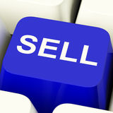 Tasto del computer di vendita in blu che mostra le vendite ed affare Fotografie Stock Libere da Diritti