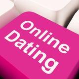 Tasto del computer online di datazione che mostra amore di web e di neolatino Immagine Stock