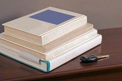 Tasto dell'automobile e libri di banco 2 Immagine Stock Libera da Diritti