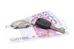 Tasto dell'automobile ed euro fatture Immagini Stock Libere da Diritti