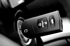 Tasto dell'automobile nella serratura di accensione Fotografia Stock