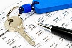 Tasto della Camera, della penna e tassi di interesse sui prestiti bancari fotografia stock libera da diritti