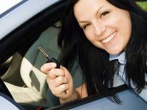 tasto della holding dell'automobile alla donna fotografia stock libera da diritti