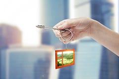 Tasto della holding della mano con un keychain Immagine Stock