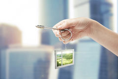 Tasto della holding della mano con un keychain Immagine Stock Libera da Diritti
