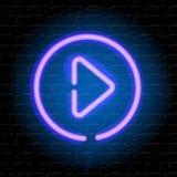Tasto di riproduzione al neon di musica sul muro di mattoni Fotografia Stock Libera da Diritti