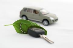 Tasto, permesso di verde e un'automobile. Concezione di ecologia fotografia stock