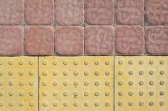 Tastpflastersteine auf dem Bürgersteig Stockfotos