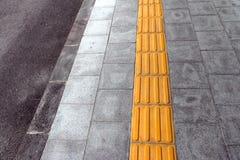 Tastpflasterung für blindes Handikap auf Fliesenbahn Lizenzfreie Stockfotografie