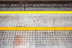 Tastpflasterung für sichtlich impared an der U-Bahnbahnsteigkante Yel stockfotos