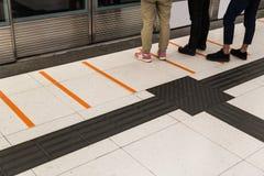 Tastpflasterungsfußweg für die blinde U-Bahnstation Stockfoto
