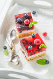 Tasty cheesecake with fresh blueberries and raspberries Royalty Free Stock Photos