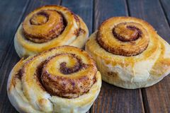 Tasty cinnamon buns Royalty Free Stock Photos