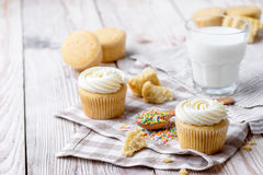 Tasty cupcakes on a white wooden table. Vanilla cupcakes on a checkered cloth Horizontal Royalty Free Stock Images