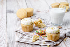 Tasty cupcakes on a white wooden table. Vanilla cupcakes on a checkered cloth Horizontal Royalty Free Stock Photography