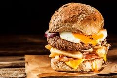 Tasty egg and bacon cheeseburger Stock Photos