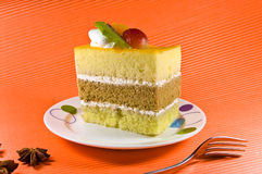 Tasty yellowcake with cream layers and fruit de Royalty Free Stock Image