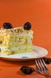 Tastymulty Schichtkuchen mit weißer Schokolade. stockfoto