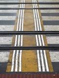 Tastzebrastreifen auf der Straße für blinde Handikapperson Stockbild
