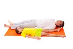 Tata ćwiczy joga z córką odizolowywającą obraz royalty free