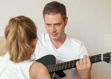 Tata bawić się gitarę Zdjęcia Royalty Free