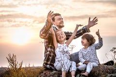 Tata bawić się z dwa małymi ślicznymi córkami obraz royalty free