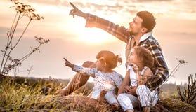 Tata bawić się z dwa małymi ślicznymi córkami zdjęcie royalty free